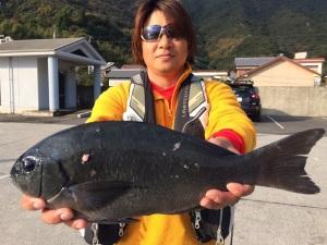 48cm口太を釣った志田さんです